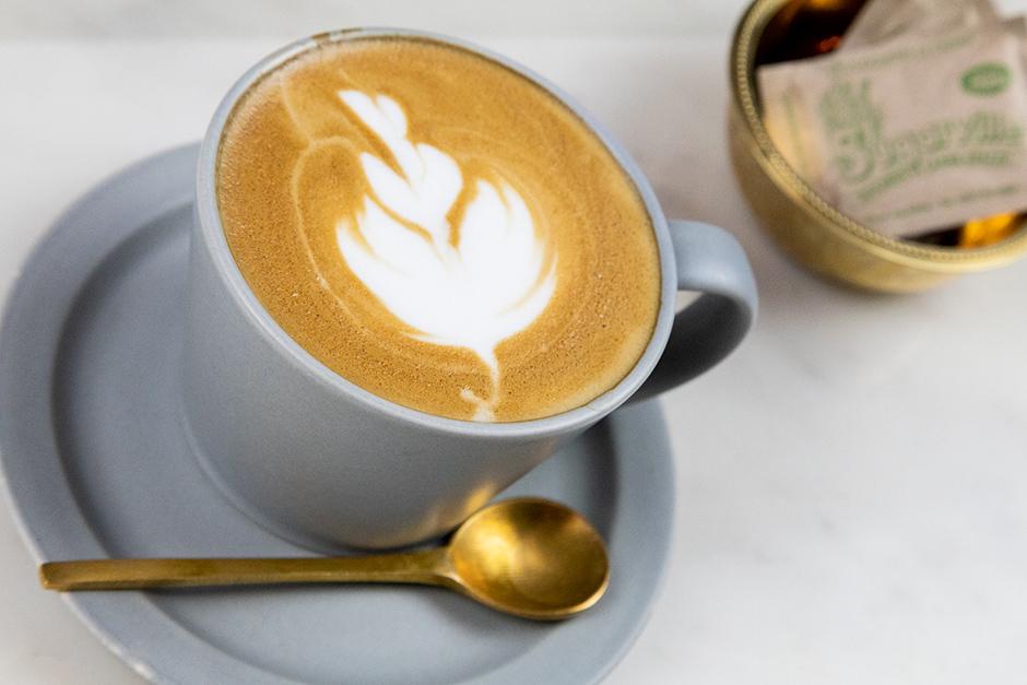 COFFEE・AMERICANO・LATTE +100・GREEN TEA・EARL GREY TEA・CAMOMILE CITRUS TEA・ORANGE・GRAPEFRUITS・APPLE